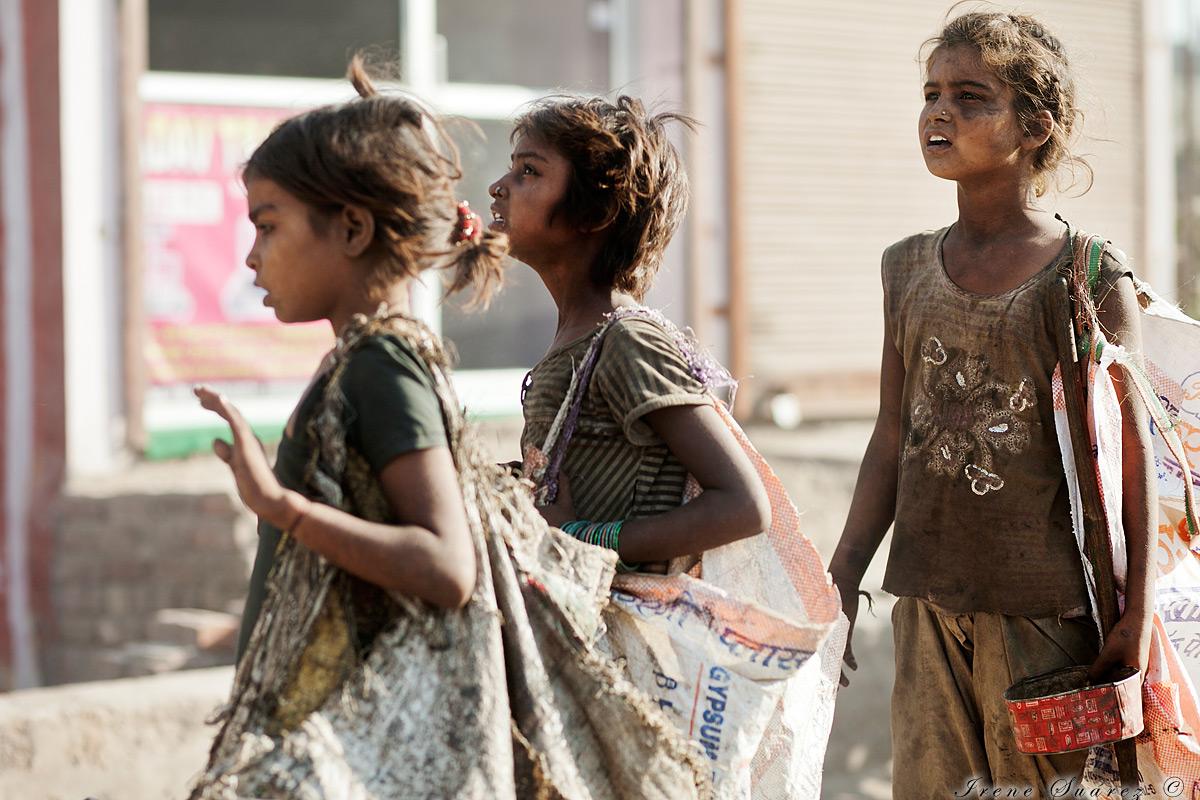 Niñas pobres buscando plasticos en india