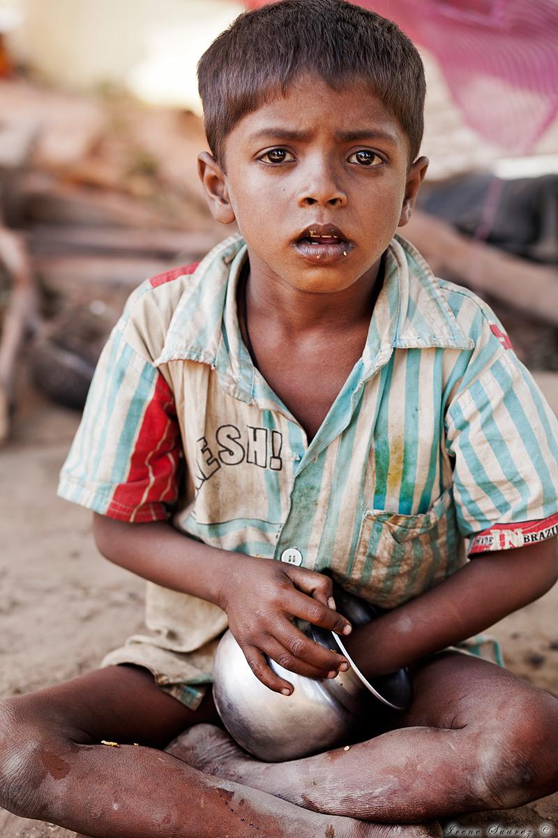 Niño pobre comiendo basura en india