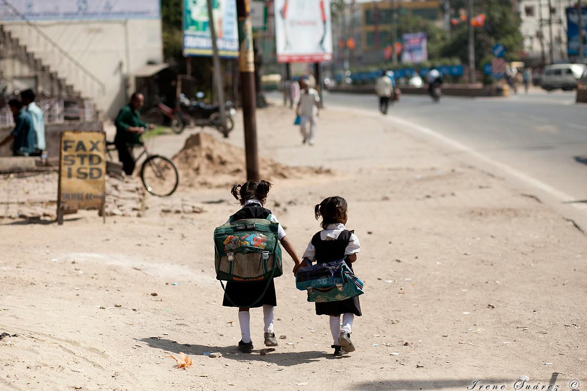 Niñas pequeñas caminando solas al colegio en india