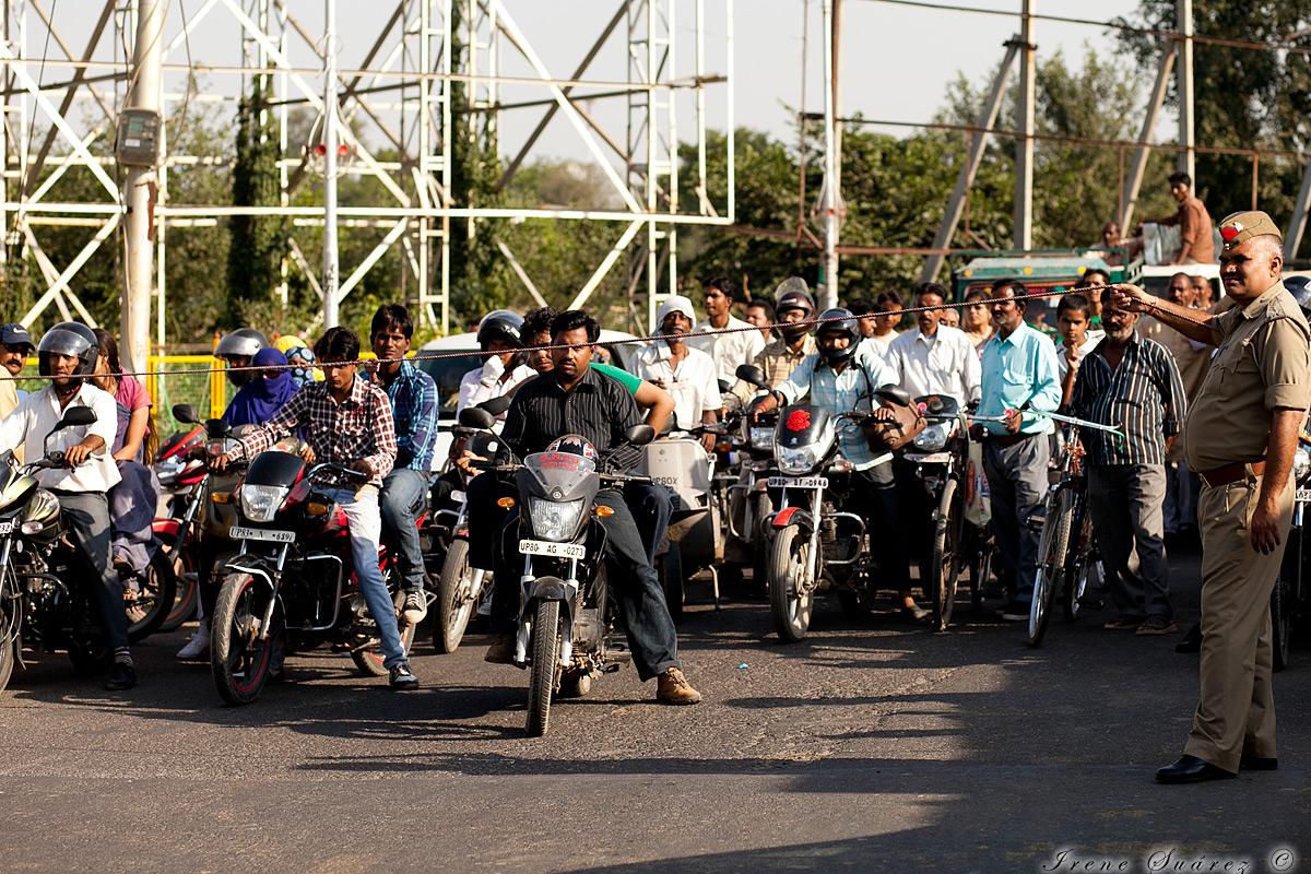 Motoristas en india esperando a cruzar con un hilo por semaforo